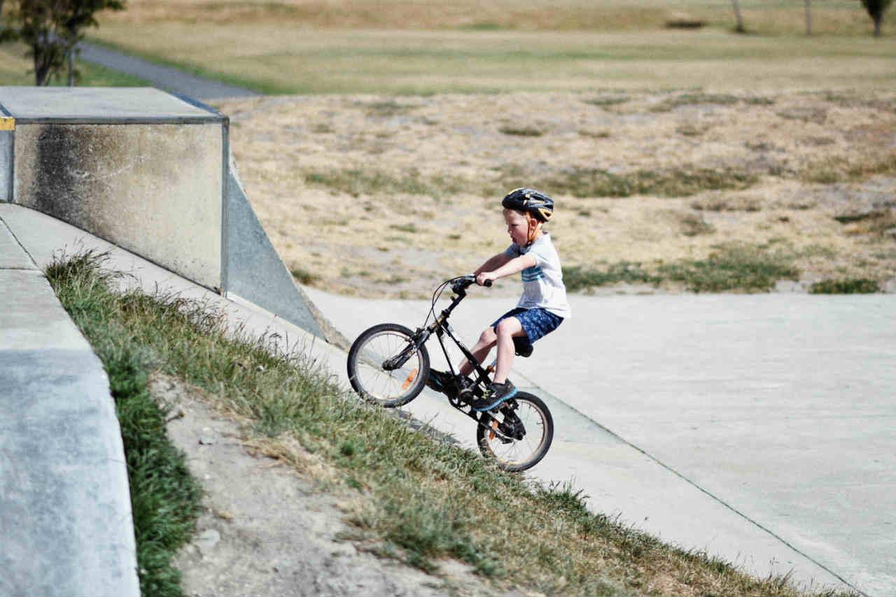 jongen fiets skatebaan